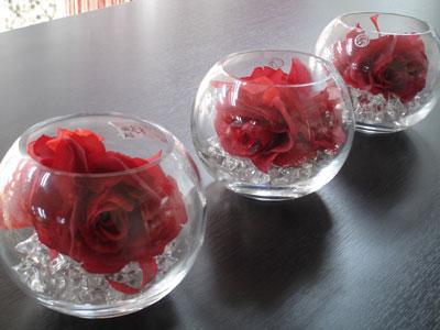 Short round vases: wedding centrepieces idea
